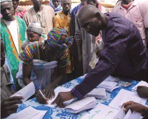 R4 participants receive a payout, Senegal. Photo Credit: Mathieu Dubreuil / World Food Programme